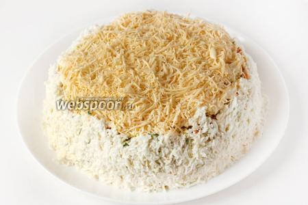 Покрываем бока салата натёртыми яичными белками, слегка прижимая/придавливая белковый слой рукой к салату, чтобы лучше держался. Ставим салат в холодильник на 30-60 минут, чтобы он настоялся.