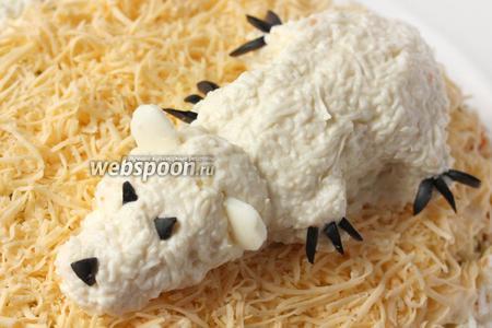 Из 1 маслины вырезаем для медведя нос, глаза и когти, а из яичного белка ушки. Мишка готов!