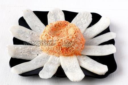 Выложить салат на середине блюда горкой, сформировав в центре небольшое углубление.