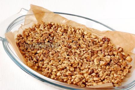 Выложить горячую ореховую смесь в форму на пекарскую бумагу, смазанную растительным маслом.