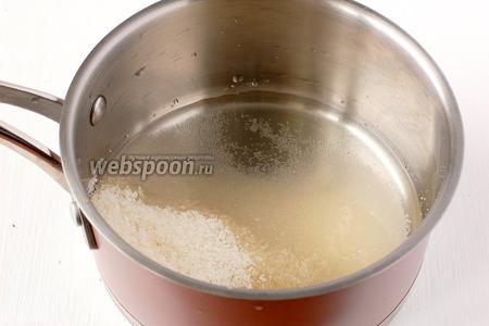 Соединить сахар и воду и варить на маленьком огне 6-7 минут.