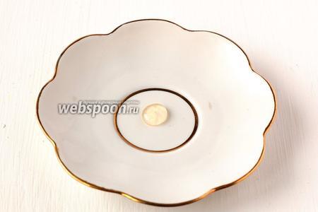 Сироп сварился — до пробы «на мягкий шарик» — капля сиропа на тарелке не расплывается и после остывания мягкая.