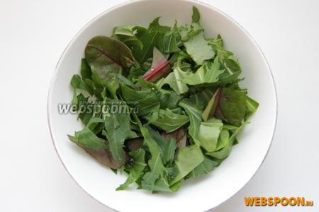 Нарезаем зелень мицуны и мангольд.