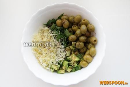Перемешиваем в миске маслины, авокадо, тёртый сыр, зелень и гвоздику.
