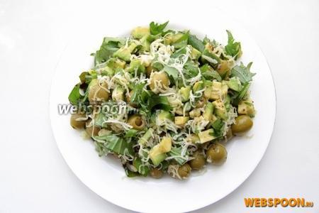 Готовый салат заправляем оливковым маслом.