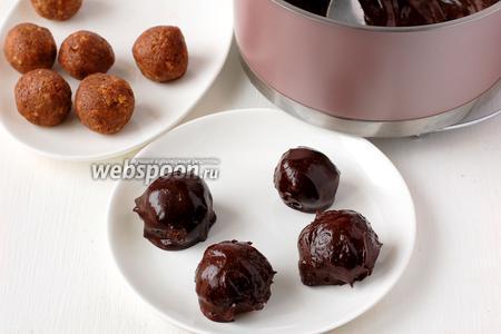 Покрыть шарики шоколадной глазурью и поставить в холодильник на 30 минут.