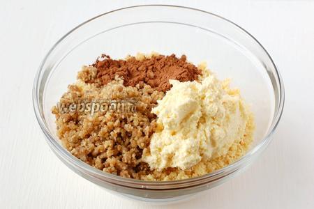 Соединить бисквитную крошку, крем «Шарлотт», какао, измельченный грильяж.