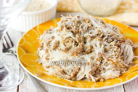 Рисовая лапша со свиным фаршем и кунжутом