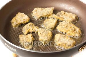 Сразу же выкладываем ломтики языка на раскалённую сковороду с подсолнечным рафинированным маслом и обжариваем с двух сторон до получения золотистой корочки.