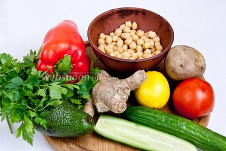 Для приготовления салата понадобится нутовый горох, картофель, огурец, помидоры, авокадо, перец сладкий, имбирь, петрушка, лимонный сок, сахар, соль и специи.