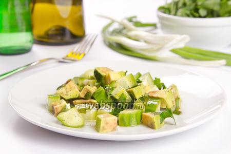 Острый салат с авокадо и огурцом