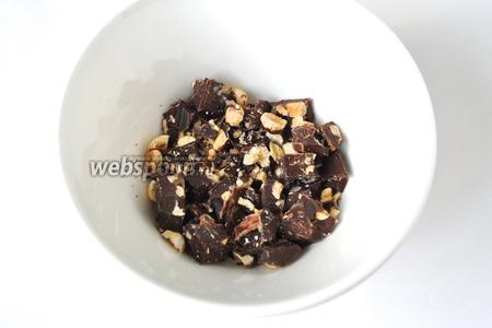 Для крема 70 граммов шоколада с орехами измельчить, положить шоколад в пакет и прокатать скалкой, это если у вас орехи в шоколаде целые, если мелкие, то не надо. Растопить шоколад на паровой бане.