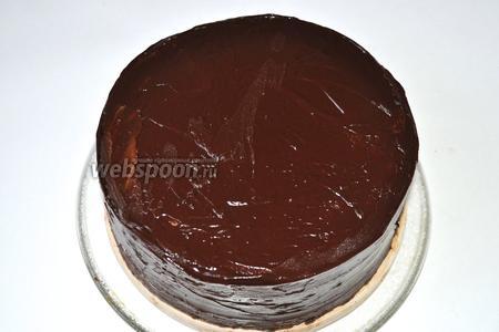 Выровнять бока и верх торта шоколадом. Стараться, чтобы поверхность стала очень ровная. Поставить торт в холодильник и после застывания тщательно срезать ножом все выступы. Затем горячим ножом ещё раз выровнять поверхность, иначе под мастикой все неровности будут видны. Постараться вывести чёткий угол.