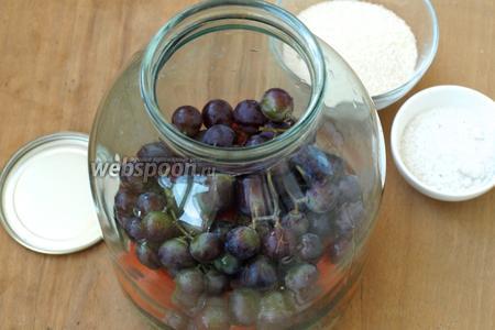 Далее выложить слой винограда.