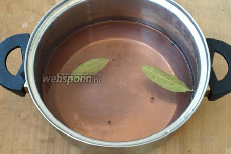 В кастрюле закипятить воду и залить помидоры с виноградом на 15 минут, прикрыть стерилизованной крышкой, затем воду слить, добавить в неё соль, сахар, лавровый лист, перец горошек и уксус. Снова закипятить.