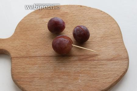 Виноград очистить от косточек.