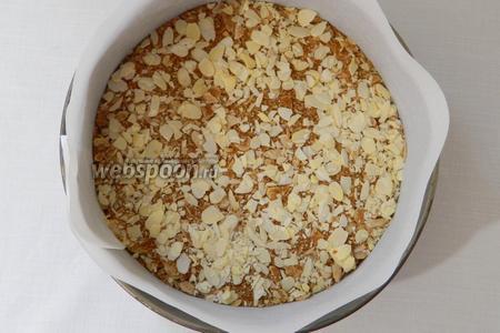 Выливаем оставшееся тесто, посыпаем остальной начинкой. Сверху можно украсить чистыми лепестками миндаля.