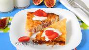 Фото рецепта Творожно-рисовая запеканка с инжиром и клубникой