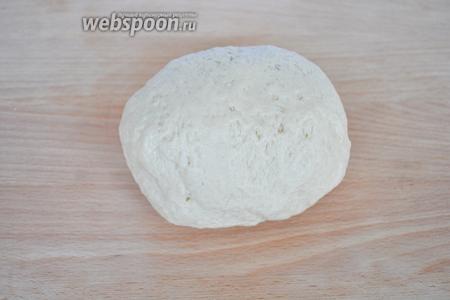 Замесить крутое тесто и дать ему отдохнуть 15 минут.