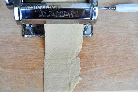 Чтобы получить слоистую текстуру и тонкое печенье лучше воспользоваться машинкой для пасты, но можно раскатать и вручную. Тесто тонко раскатываем, складываем в несколько раз и опять раскатываем. Получаем тонкий корж.