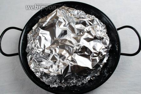 Накрыть овощи фольгой, хорошо закрепить по кругу. Поставить их в горячую духовку и запекать в течение 40 минут при температуре 200 °C. Оставшиеся 10 минут, запекать овощи до румяности, сняв фольгу.