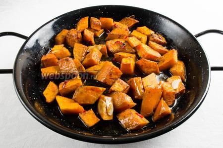 Готовую тыкву вынуть из духовки. Выложить тыкву на блюдо. Посыпать кунжутом. Подавать к обеду.