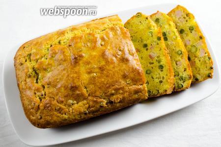 Готовый кекс нарезать порционно или кубиками. Подавать к обеду или ужину.