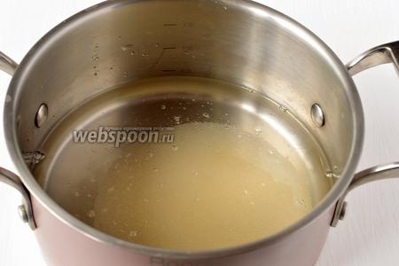Для маринада соединить воду, сахар, уксус.