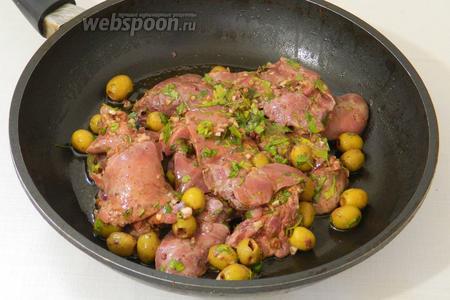 Промаринованную печень высыпаем на сковороду вместе с маринадом.