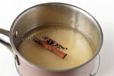 Соединить сахар, воду, соль, корицу, гвоздику, перец, уксус, бадьян. Довести до кипения.