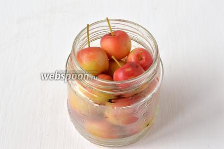 Заполнить банки подготовленными яблоками.