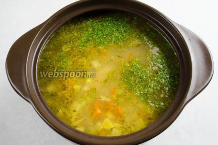 Добавить рубленую зелень, сок лайма (по вкусу). Перемешать. Дать настояться в течение 15 минут. Разлить по тарелкам. Подавать к обеду.