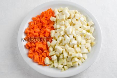 Морковь и сельдерей почистить. Вымыть. Нарезать кубиком.