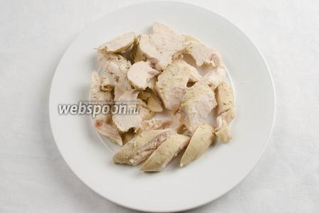 Из готового бульона вынуть куриное мясо и луковицу. Мясо  разделить на небольшие кусочки. Снова опустить в бульон.