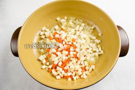 К луку с чесноком и имбирем добавить морковь и сельдерей. Перемешать. Припустить, помешивая в течение 5 минут.