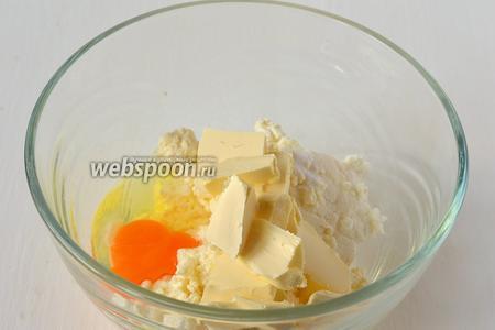 Соединить творог, яйцо, соль, соду, сливочное масло комнатной температуры.