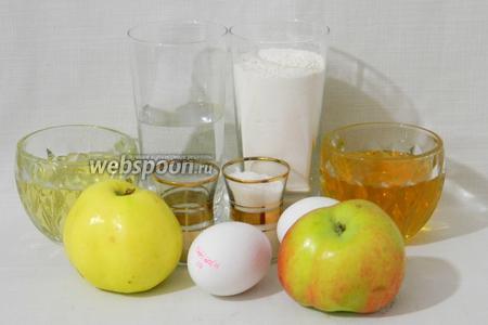 Для приготовления халы с мёдом и яблоками возьмём тёплую воду, дрожжи, мёд, масло подсолнечное, яйца, соль, муку, яблоки, сахар.