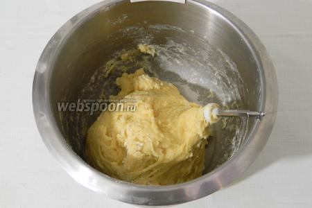 Замешиваем мягкое эластичное тесто, оно будет слегка липнуть.
