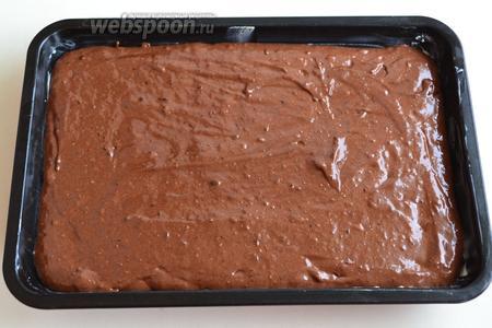В смазанную сливочным маслом форму распределите тесто. У меня прямоугольная форма 17х27 см. Выпекайте в разогретой до 180°С духовке 35 минут. Из готового торта зубочистка выходит чистой (возможно наличие на ней сухих крошек).