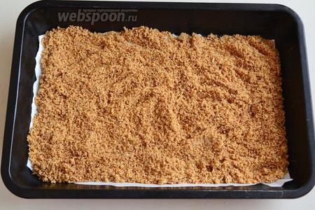 На застеленный пергаментом противень распределите миндальную крошку, подсушите в разогретой до 150°С духовке около 10 минут.