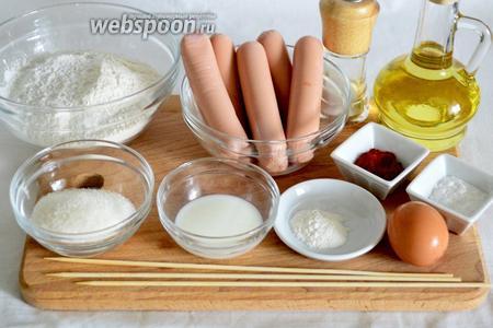 Для приготовления потребуется мука кукурузная и пшеничная, сосиски, сахар, соль, паприка, сода, разрыхлитель, яйцо, молоко, масло подсолнечное.