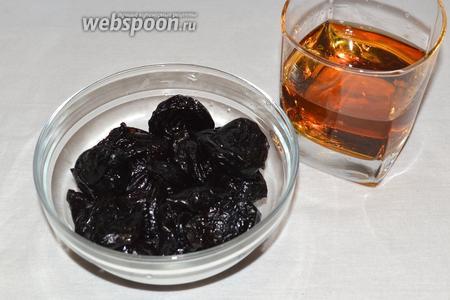 Чернослив помыть, порезать на половинки, залить спиртным и оставить на сутки в холодильнике.