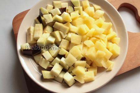 Баклажаны и картофель, нарезать кубиками.