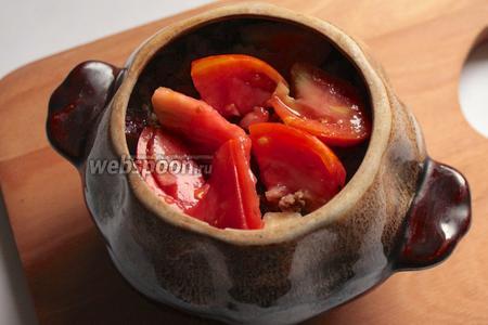 Далее уложить помидоры, порезанные на дольки.