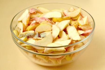 Яблоки нарезаем дольками, удалив сердцевину.