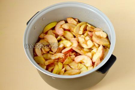 Погружаем яблоки в сироп с апельсиновыми добавками, включаем программу «Варенье» на 1 час. Варим с закрытой крышкой, помешивать не требуется.