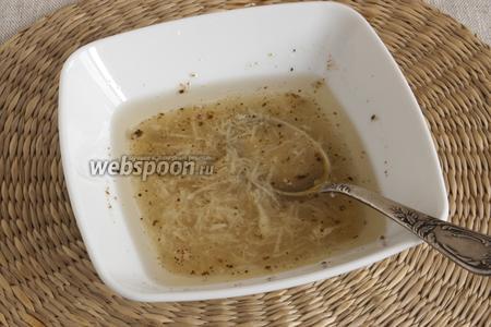 Соединить подсолнечное масло, уксус, мёд, измельчённый чеснок, смесь перцев.