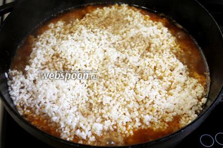 Выкладываем слой риса, осторожно разравниваем его поверхность и добавляем ещё 1 стакан воды (для круглого риса пропорция 1:1,5, для длинного 1:2). Над поверхностью риса вода должна подняться приблизительно на 1 см.