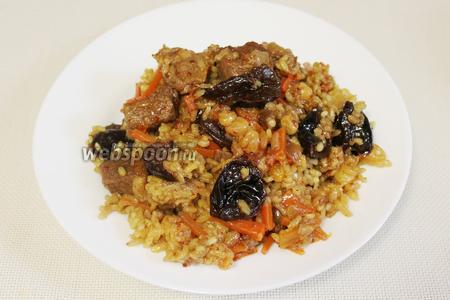 Блюдо очень жирное, поэтому его принято подавать с зеленью, кислыми острыми соусами, маринованными фруктами и овощами и запивать большим количеством зелёного чая.