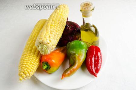 Чтобы приготовить тёплый салат, нужно взять кукурузу свежую, перец сладкий разных цветов, лук крымский, соль, перец, оливковое масло, лайм, петрушку.